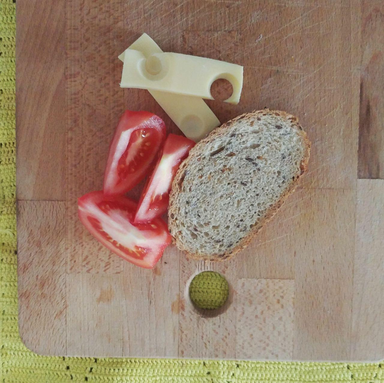 Colazione salata, fette di pane integrale, pomodoro, fomaggio