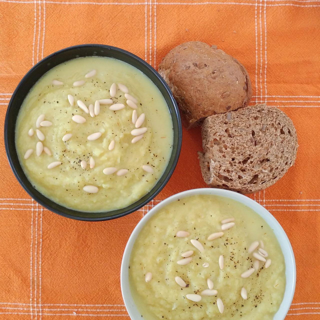 zuppa di finocchi cotti al vapore con farro, pinoli, pane nero integrale