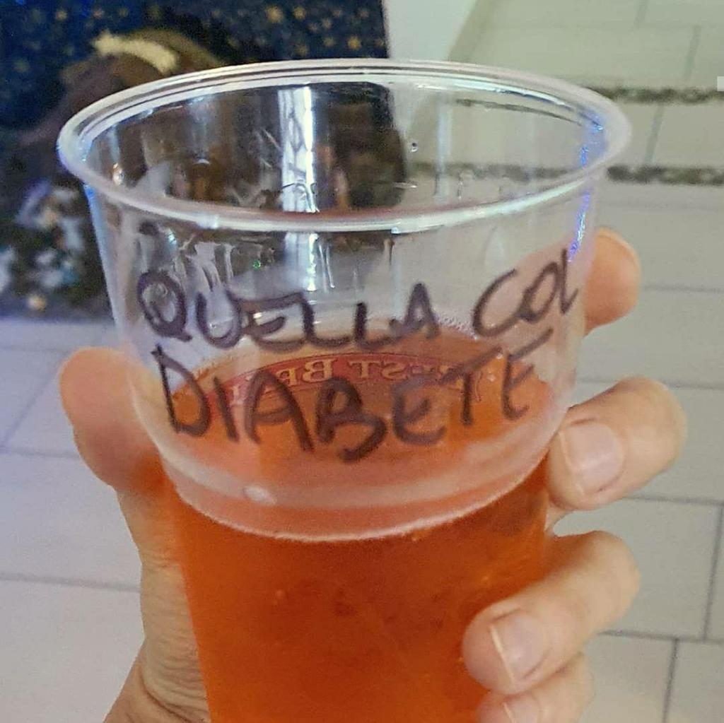 """Un bicchiere di plastica con una scritta a pennarello: """"quella col diabete"""""""